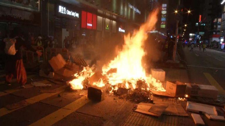 Des foules ont allumé des feux dans les rues de Hong Kong lors du dernier affrontement entre manifestants et police.