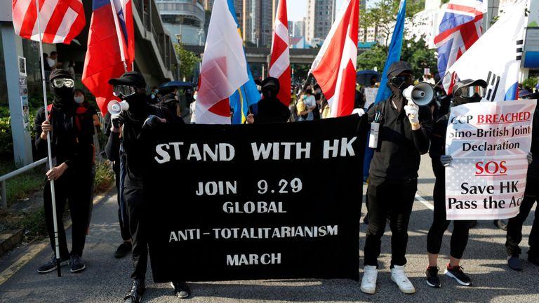Des manifestants antigouvernementaux défilent à Tuen Mun, à Hong Kong