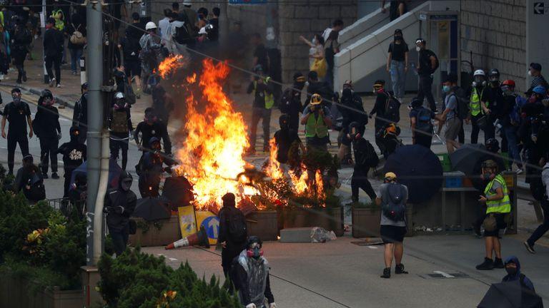 Des manifestants anti-gouvernementaux ont érigé une barricade