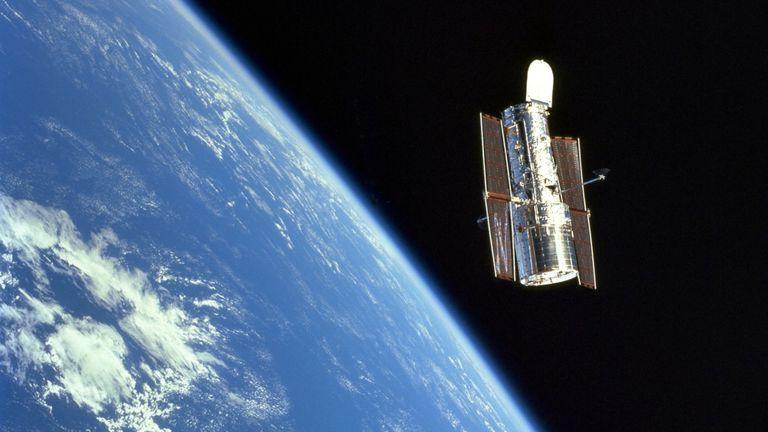 Les scientifiques ont utilisé les données du télescope spatial Hubble, vu ici flottant au-dessus de la Terre. Pic: NASA / ESA