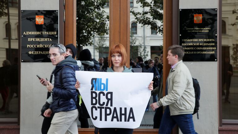 Les gens ont fait la queue pour protester contre la condamnation de l'acteur Pavel Ustinov