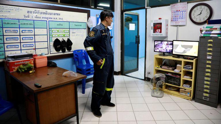 """Le pompier Pinyo Pukpinyo, connu sous le nom de """"serpent wrangler"""", regarde la télévision dans une caserne de pompiers où il travaille, à Bangkok, Thaïlande, le 2 juillet 2019"""