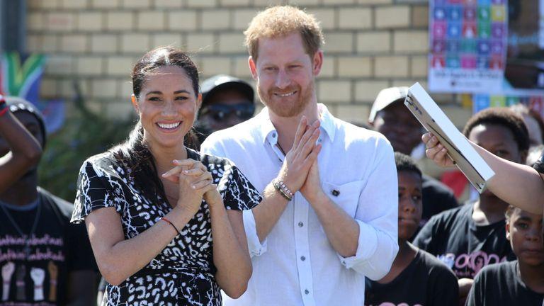 Le duc et la duchesse de Sussex assistent à une initiative du bureau de la justice dans la banlieue de Nyanga, le premier jour de leur tournée africaine à Cape Town