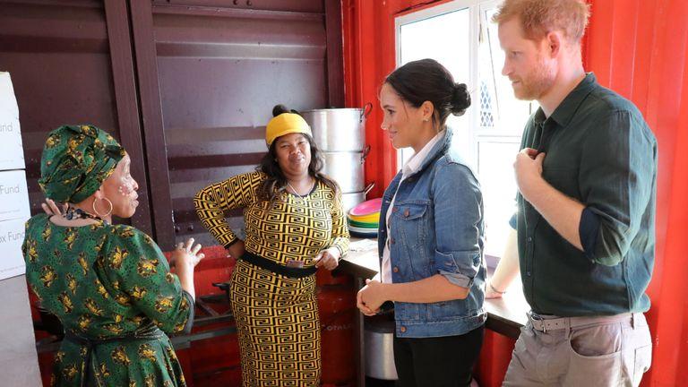 Meghan, la duchesse de Sussex et le prince Harry, duc de Sussex, se rendent dans la cuisine de Waves for Change, où l'organisation caritative The Lunchbox Fund fournit près de 30 000 repas nutritifs chaque jour