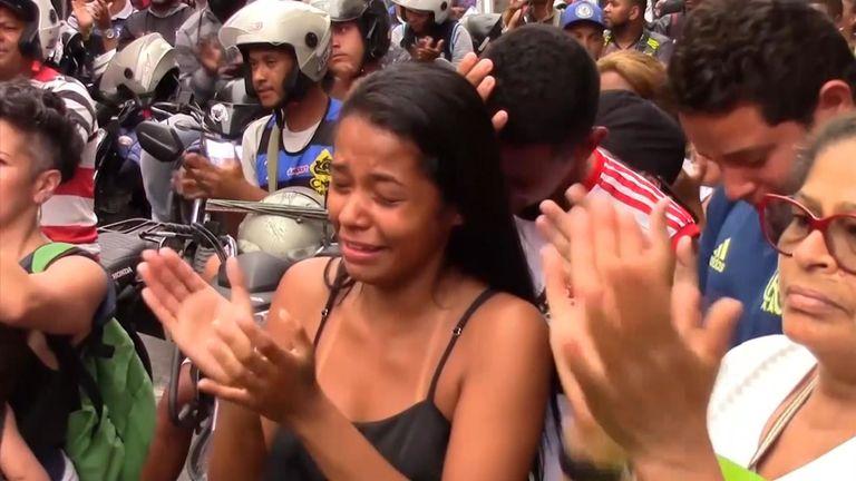 Des centaines de résidents de l'un des plus grands bidonvilles de Rio de Janeiro ont défilé samedi pour exiger la fin des violences après la mort d'une fillette de 8 ans tuée par une balle perdue au cours d'une opération de police
