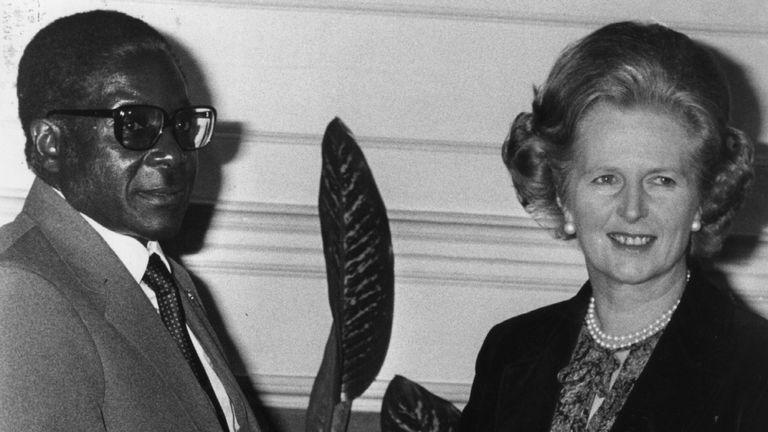 M. Mugabe serre la main de Margaret Thatcher, alors Premier ministre, en 1980