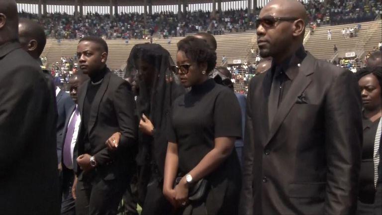 Les personnes en deuil assistent aux funérailles de Mugabe
