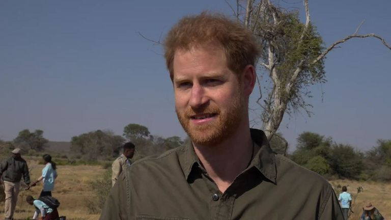 Le prince Harry explique comment venir au Botswana l'a aidé après le décès de sa mère et nier le changement climatique est injustifiable.