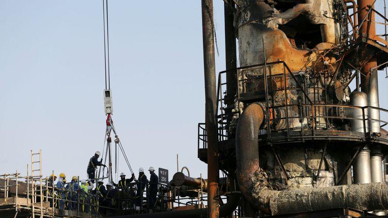 Travailleurs sur le site endommagé de l'installation pétrolière Saudi Aramco à Abqaiq