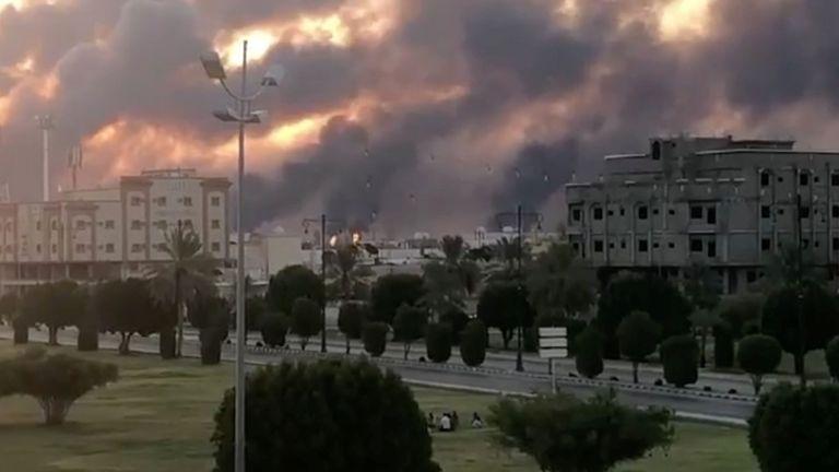 On voit de la fumée à la suite d'un incendie dans une usine Aramco