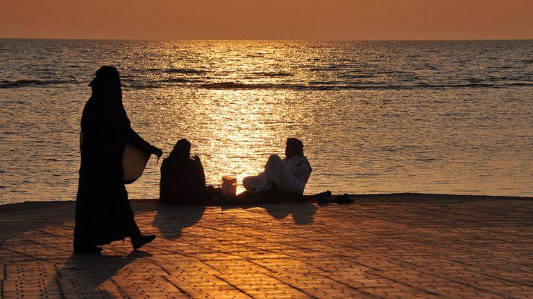 Des familles saoudiennes passent une soirée le long du front de mer au coucher du soleil dans la ville de Jeddah, dans la mer Rouge.