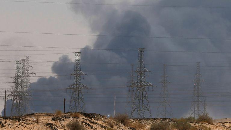 Fumée observée à la suite d'un incendie dans une usine Aramco à Abqaiq, en Arabie Saoudite, le 14 septembre 2019