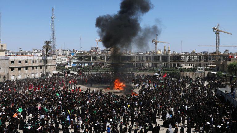Des musulmans chiites brûlent une tente pour reconstituer une scène de la bataille de Kerbala dans la ville sainte de Kerbala, en Irak
