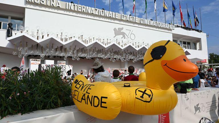 """Des membres du comité """"No Big Ships"""" de Venise (No Grandi Navi) et des personnes organisent une manifestation contre les navires de croisière qui naviguent dans la lagune de Venise et contre le projet de chemin de fer à grande vitesse TurinLyon (No TAV) le 7 septembre , 2019"""