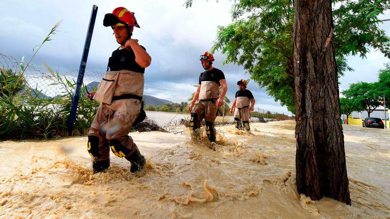 Des membres de l'Unité des urgences militaires (UME) se préparent à secourir certaines personnes à Redovan