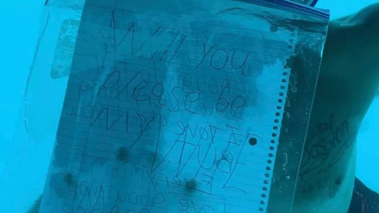M. Weber avait sa feuille de papier A4 dans un portefeuille en plastique