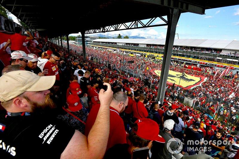 La piste devient une mer de fans de Ferrari après la course