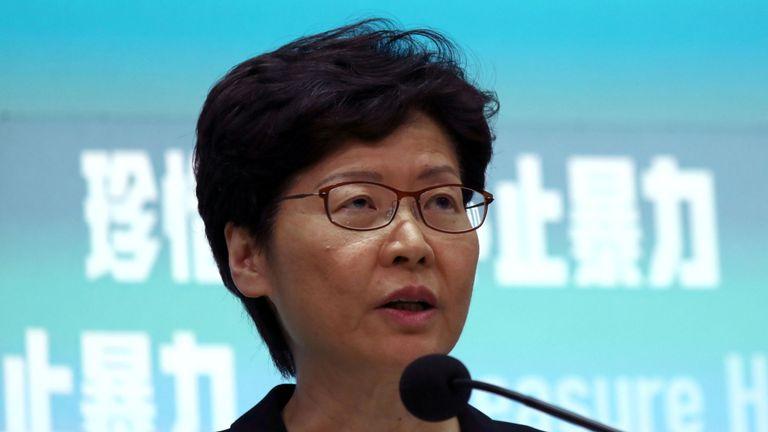 Carrie Lam a déclaré que l'interdiction entrerait en vigueur le 5 octobre