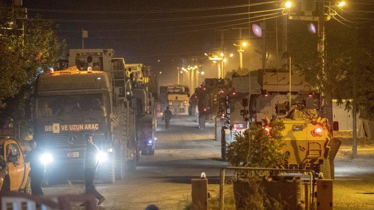 Des flots de véhicules de l'armée turque sont arrivés à la frontière mardi