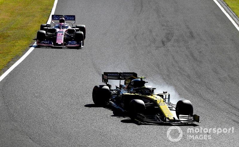 Nico Hulkenberg, Renault F1 Team R.S. 19 ans, mène Sergio Perez, Racing Point RP19