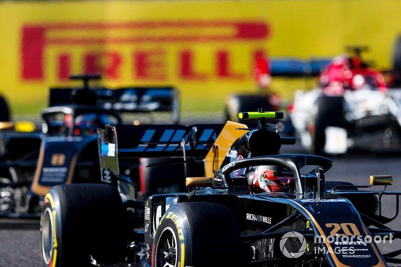 Kevin Magnussen, Haas F1 Team VF-19, conduit Romain Grosjean, Haas F1 Team VF-19