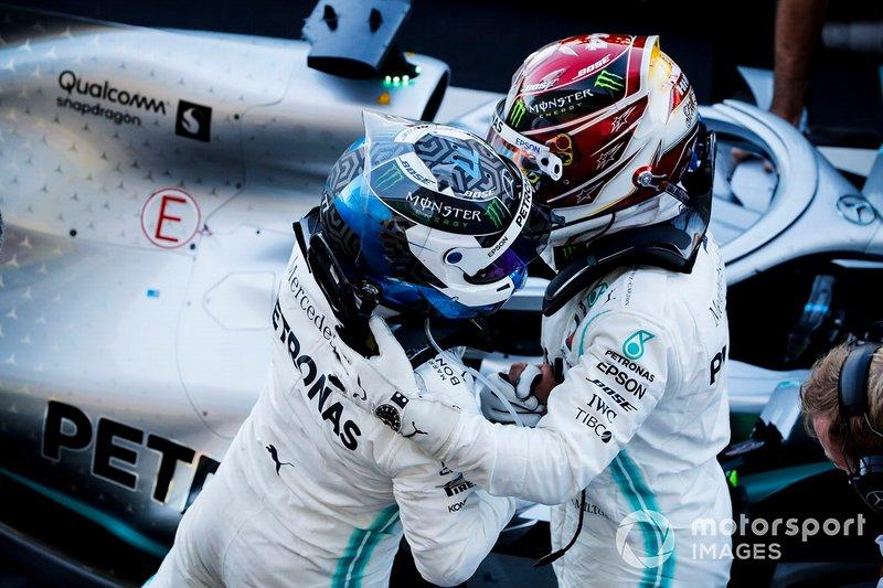 Valtteri Bottas, vainqueur de la course, Mercedes AMG F1 et Lewis Hamilton, Mercedes AMG F1 célébrés au Parc Fermé