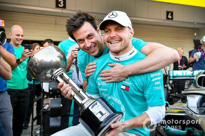 Valtteri Bottas, vainqueur de la course, Mercedes AMG F1 et Toto Wolff