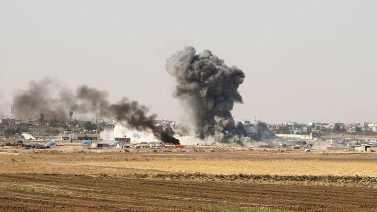 La Turquie et ses alliés rebelles kurdes ont bombardé samedi la ville frontalière syrienne de Ras al Ain