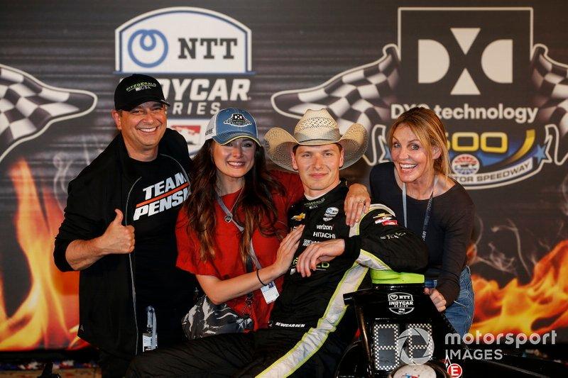 Newgarden célèbre avec ses parents, Joey et Tina, et sa fiancée, Ashley, sur la piste de la victoire au Texas Motor Speedway.
