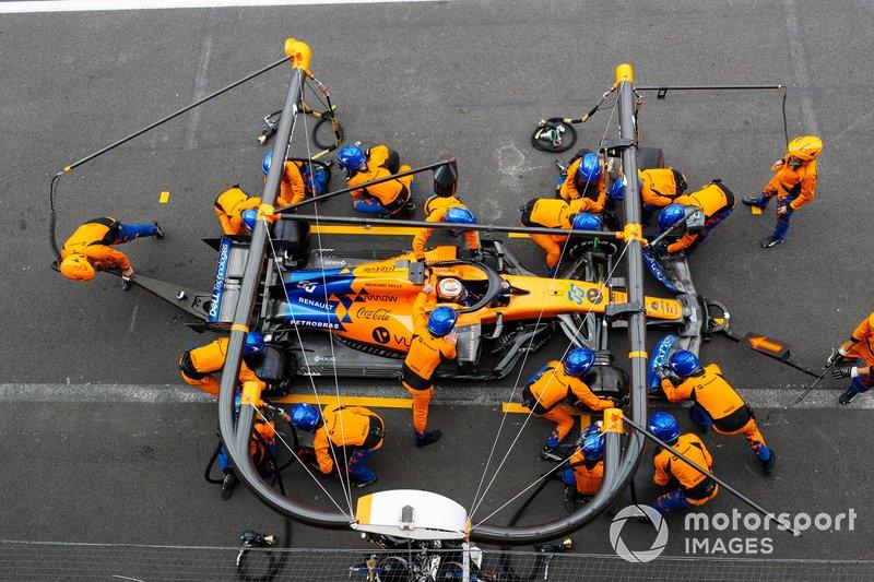 Carlos Sainz Jr., McLaren MCL34, sarrête