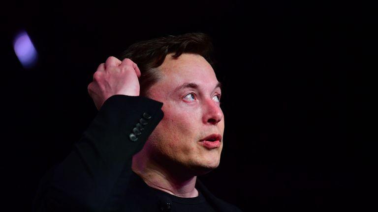 """Le président de Tesla, Elon Musk, s'exprimant lors du dévoilement du nouveau Tesla Model Y à Hawthorne, en Californie, le 14 mars 2019. - Tesla a présenté un nouveau véhicule utilitaire de sport électrique légèrement plus grand et plus cher que son modèle 3, présenté comme une voiture électrique masses. Le chef de la direction de Tesla, Elon Musk, a présenté le """"Modèle Y"""" tard jeudi 14 mars 2019 au studio de design de la société à Hawthorne, dans le sud de la Californie, et la société a commencé à prendre des commandes en ligne. (Photo de Frederic J. BROWN / AFP) (Le crédit photo devrait se lire FREDERIC J. BROWN / AFP / Getty Images)"""