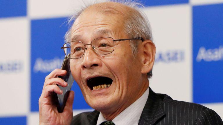 Akira Yoshino, membre honoraire d'Asahi Kasei, lauréat du prix Nobel de chimie en 2019, s'entretient au téléphone avec le Premier ministre japonais Shinzo Abe lors d'une conférence de presse à Tokyo (Japon), le 9 octobre 2019. REUTERS / Issei Kato