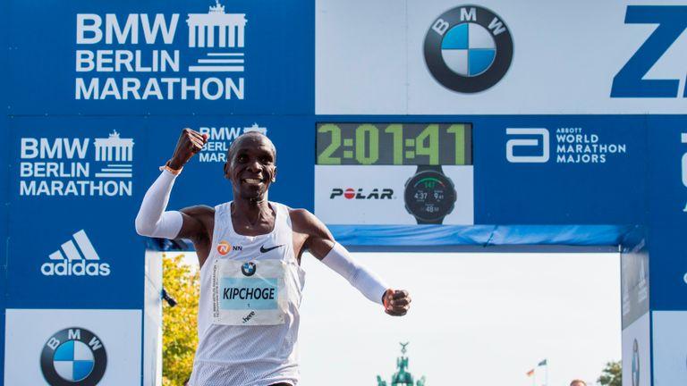 Le Kenyaien Eliud Kipchoge célèbre sa victoire au marathon de Berlin, établissant un nouveau record du monde le 16 septembre 2018 à Berlin. (Photo de John MACDOUGALL / AFP) (Le crédit photo devrait indiquer JOHN MACDOUGALL / AFP / Getty Images)
