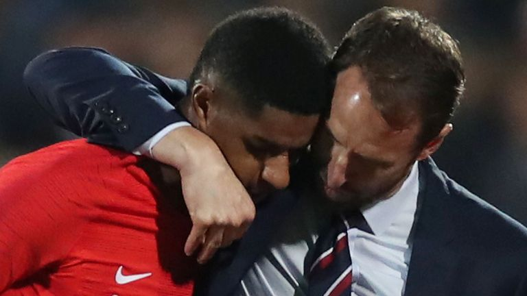 Football Football - Qualifications Euro 2020 - Groupe A - Bulgarie v Angleterre - Stade national Vasil Levski, Sofia, Bulgarie - 14 octobre 2019 L'Angleterre Marcus Rashford avec le manager Gareth Southgate après avoir été remplacé par Action Images via Reuters / Carl Recine