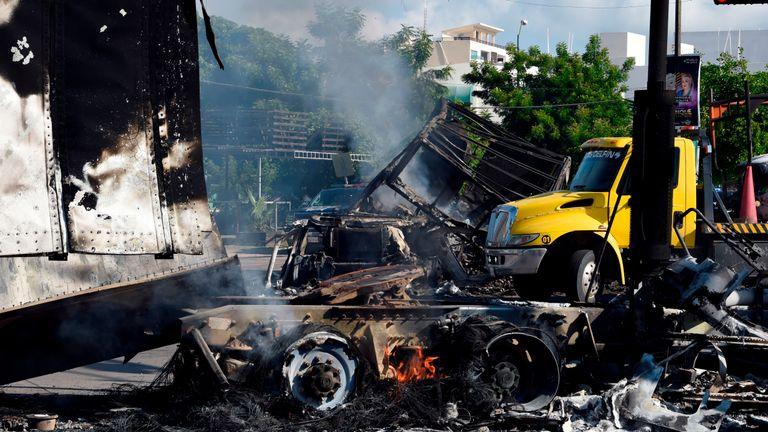 """Vue de véhicules brûlés après que des hommes armés fortement armés se sont livrés à une bataille sans merci contre les forces de sécurité mexicaines à Culiacan, dans l'État de Sinaloa, au Mexique, le 18 octobre 2019. - Le président mexicain a fait face à une tempête de critiques vendredi, alors que ses forces de sécurité ont confirmé l'arrestation du cheikh Joaquin. """"El Chapo"""", le fils de Guzman, l'a ensuite relâché lorsque son cartel a réagi par une bataille à main armée. (Photo de ALFREDO ESTRELLA / AFP) (Photo de ALFREDO ESTRELLA / AFP via Getty Images)"""