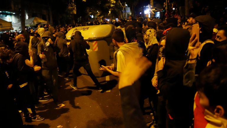 BARCELONE, ESPAGNE - 18 OCTOBRE Les gens se déplacent dans une benne à ordures pendant une nuit d'affrontements dans les rues à la suite d'une semaine de protestations contre les peines de prison prononcées par la Cour suprême espagnole à l'encontre de politiciens séparatistes, le 18 octobre 2019. Neuf dirigeants catalans indépendantistes ont été condamnés plus tôt cette semaine à diverses peines de prison pour sédition, en lien avec le référendum sur l'indépendance de 2017. (Photo de Clara Margais / Getty Images)
