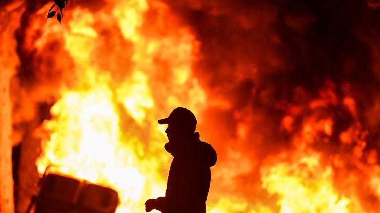Barcelone - Espagne, 18 octobre: Après une soirée d'émeutes, une grève générale se déclenche après une semaine de protestations contre les condamnations à des peines de prison prononcées par la Cour suprême espagnole pour condamner des politiciens séparatistes à Barcelone. Neuf dirigeants catalans indépendantistes ont été condamnés plus tôt cette semaine à diverses peines de prison pour sédition, en lien avec le référendum sur l'indépendance de 2017. (Photo par Jeff J Mitchell / Getty Images)