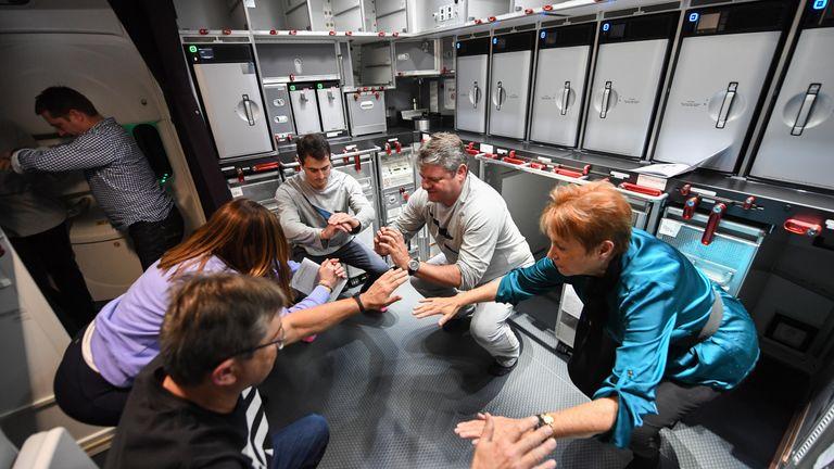 SYDNEY, AUSTRALIE - 19 OCTOBRE: Un passager s'entraîne à bord du QF7879 de New York à Sydney le 19 octobre 2019 à Sydney, en Australie. Qantas est la première compagnie aérienne commerciale à voler directement de New York à Sydney. Le vol était limité à 40 personnes plus 10 membres d'équipage pour augmenter la portée de l'appareil et comprenait des scientifiques médicaux et des experts de la santé à bord chargés de mener des études dans le cockpit et la cabine afin de déterminer les stratégies permettant de promouvoir la santé et le bien-être en vol sur de très longs trajets. vols. Cela survient alors que le transporteur national continue de travailler vers la dernière frontière de l'aviation mondiale en lançant des vols commerciaux sans escale entre les États-Unis et le Royaume-Uni vers la côte est de l'Australie dans le cadre d'un projet ambitieux baptisé
