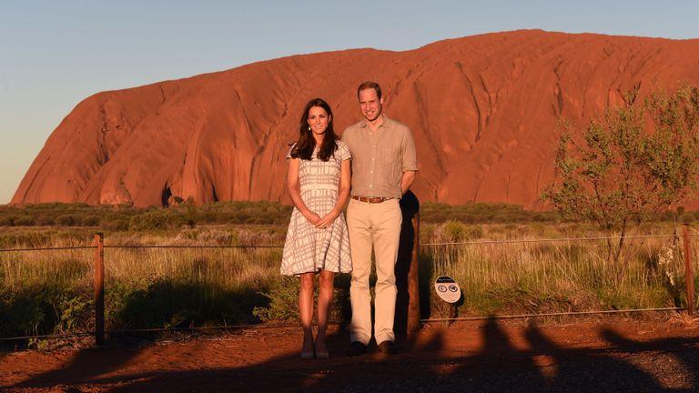 Le prince britannique William (R) et son épouse Catherine, la duchesse de Cambridge, se tiennent devant Uluru dans le Territoire du Nord le 22 avril 2014. Le prince britannique William, son épouse Kate et leur fils Prince George est en tournée de trois semaines en Nouvelle-Zélande et en Australie. AFP PHOTO / POOL / William WEST (Le crédit photo doit correspondre à WILLIAM WEST / AFP / Getty Images)