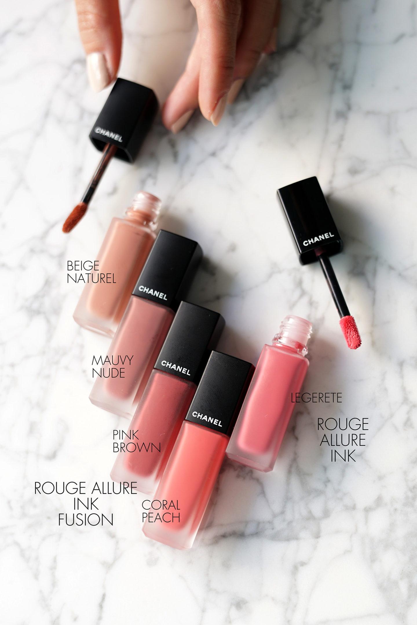 """Fusion d'encre Chanel Rouge """"width ="""" 1080 """"height ="""" 1619 """"srcset ="""" http://thebeautylookbook.com/wp-content/uploads/2019/10/Chanel-Rouge-Allure-Ink-haul-fusion-1440x2159 .jpg 1440w, http://thebeautylookbook.com/wp-content/uploads/2019/10/Chanel-Rouge-Allure-Ink-haul-fusion-800x1199.jpg 800w, http://thebeautylookbook.com/wp-content /uploads/2019/10/Chanel-Rouge-Allure-Ink-haul-fusion-67x100.jpg 67w, http://thebeautylookbook.com/wp-content/uploads/2019/10/Chanel-Rouge-Allure-Ink- transport-fusion-1080x1619.jpg 1080w, http://thebeautylookbook.com/wp-content/uploads/2019/10/Chanel-Rouge-Allure-Ink-haul-fusion.jpg 1500w """"tailles ="""" (largeur maximale: 1080px) 100vw, 1080px """"data-jpibfi-post-excerpt ="""" Lièvre à lèvres Chanel avec sélections dans les nouvelles couleurs Rouge Allure Ink Fusion, Rouge Allure Ink et Le Rouge Duo Ultra Tenue Gloss. Nuancier + examen. """"data-jpibfi-post-url ="""" http://thebeautylookbook.com/2019/10/chanel-rouge-allure-ink-fusion-rouge-allure-ink-le-rouge-duo-lip-haul.html """" data-jpibfi-post-title = """"Fusion de l'encre Allure Rouge Allure, Encre Allure Rouge + Duo Lip Haul Rouge"""" data-jpibfi-src = """"http://thebeautylookbook.com/wp-content/uploads/2019/10/ Chanel-Rouge-Allure-Ink-Haul-Fusion-1440x2159.jpg """"/></p> <p>Je n'ai jamais vraiment adoré les rouges à lèvres liquides ou la formule Chanel Rouge Allure Ink. J'ai trouvé que la formule originale avait fière allure dans des échantillons de main avec autant de couleurs magnifiques. Sur les lèvres, les couleurs ne sont pas bien apparentes et j'ai trouvé la finition trop fine / striée. J'étais prêt à faire des efforts supplémentaires pour que certaines des couleurs fonctionnent. Les couleurs plus profondes / audacieuses donnaient de meilleurs résultats, mais les neutres étaient trop simples pour moi. La nouvelle encre Rouge Allure Ink Fusion est BEAUCOUP meilleure en termes de rendement des couleurs et de pigment. Son emballage est similaire dans le tube mais l'applicateur est biseauté. La nouvelle co"""