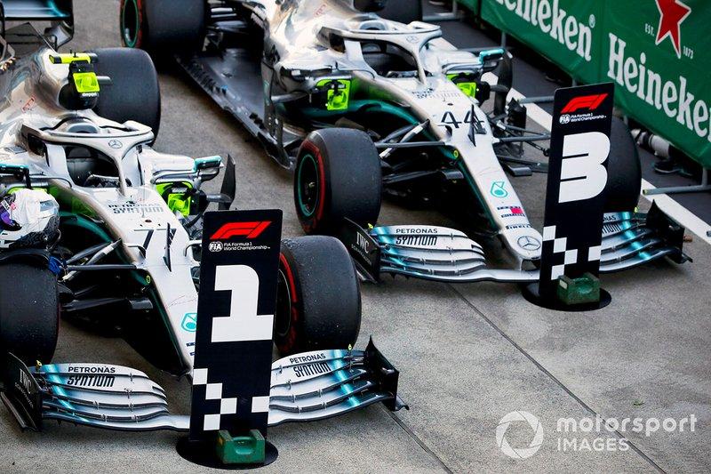 Valtteri Bottas, vainqueur des voitures de course, Mercedes AMG W10 et Lewis Hamilton, Mercedes AMG F1 W10 au Parc Fermé