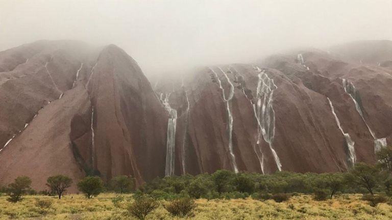 Superbes cascades sur Uluru. Pic: Parcs Australie