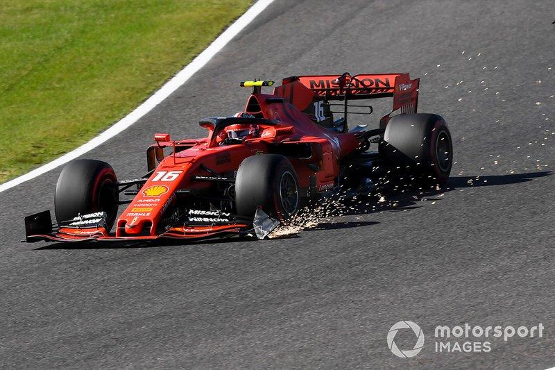 Charles Leclerc, Ferrari SF90, traîne des étincelles de son aile avant endommagée après le contact avec Max Verstappen