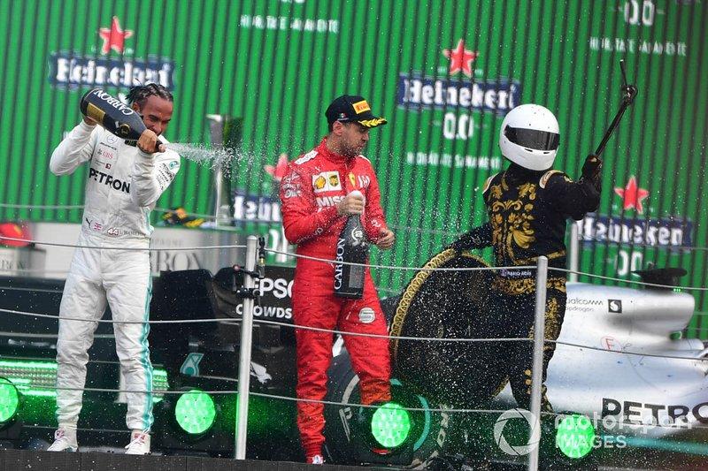 Podium: Lewis Hamilton, vainqueur de la course, Mercedes AMG F1, deuxième place Sebastian Vettel, Ferrari