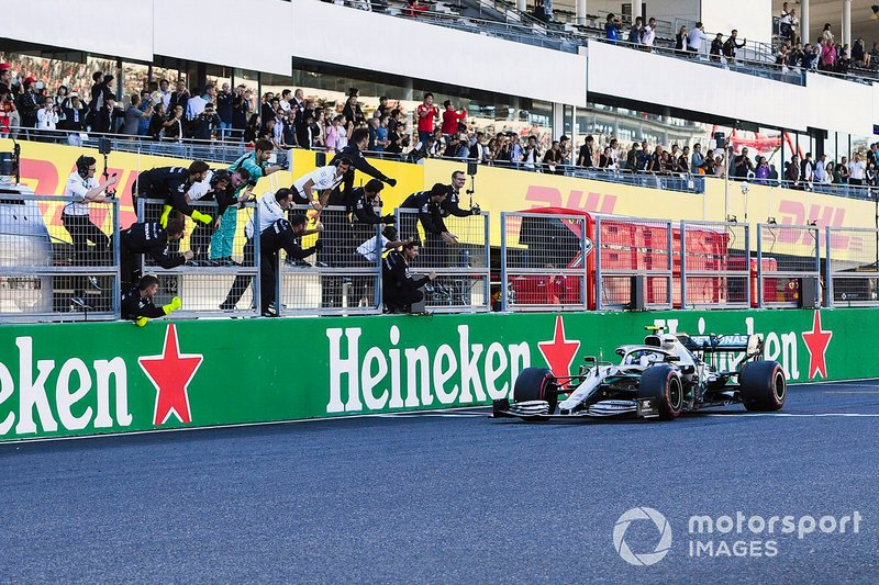 Le vainqueur de la course, Valtteri Bottas, la Mercedes AMG W10 franchit la ligne darrivée