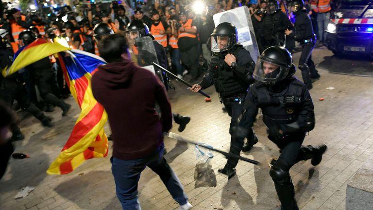 La police affronte des manifestants indépendantistes lors d'une manifestation organisée par les comités de défense de la République (CDR) locaux