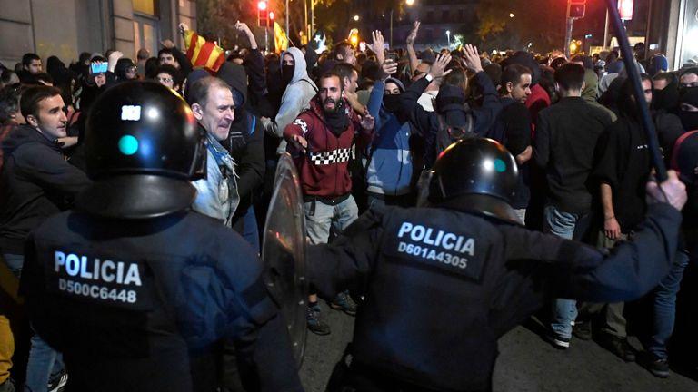 Affrontements entre policiers et manifestants devant le siège de la police