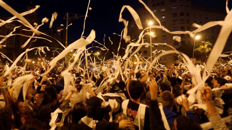 Les manifestants jettent des rouleaux de papier toilette dans les airs