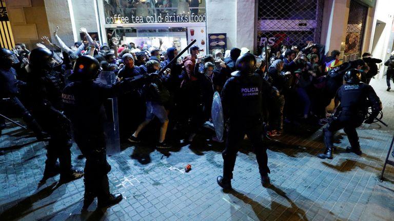 La police se bagarre avec des manifestants dans la capitale catalane