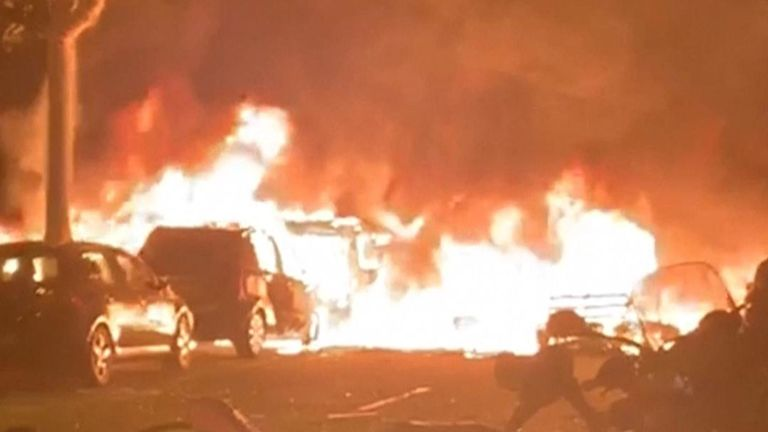 Des manifestants incendient des voitures à Barcelone